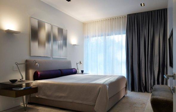 Плотные темные шторы в спальне